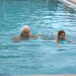 Nuotare nella piscina termale