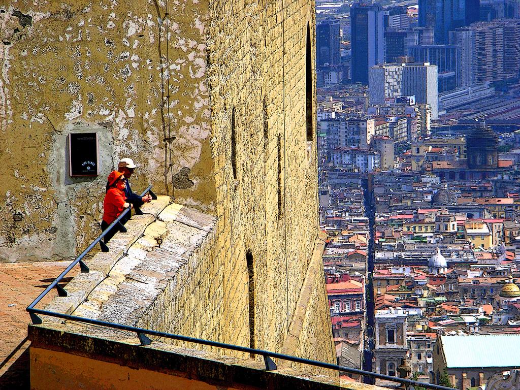 Sant'elmo: turisti in visita a Napoli. Immagine di Flickr User Hillman54