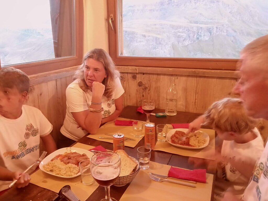 Valle d'Aosta, cena al rifugio Grauson
