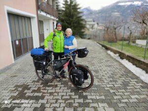 Daniele e mamma Dina davanti casa il girono della partenza