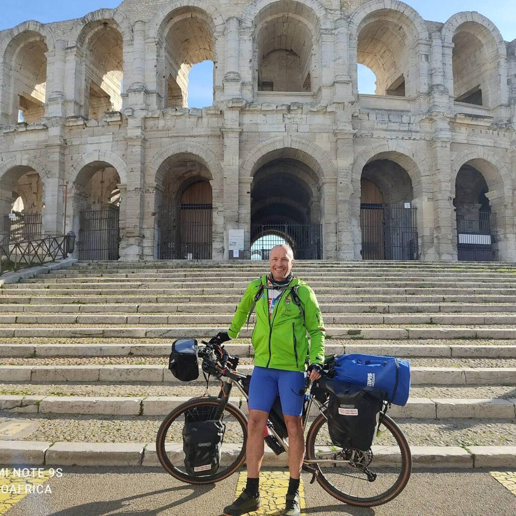 Daniele e Frida davanti l'arena di Arles