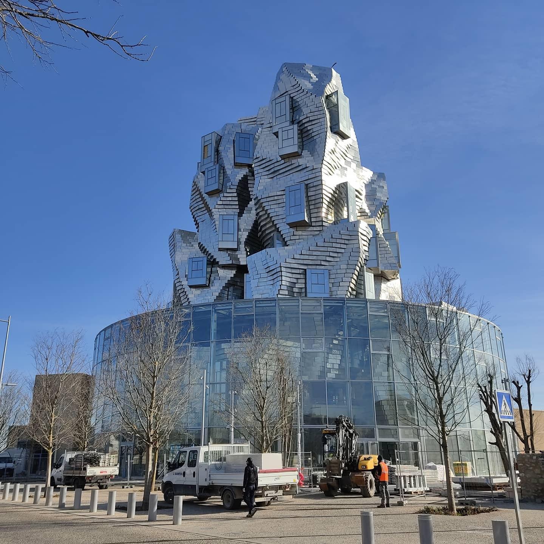Struttura in alluminio-esempio di environmental art ad Arles
