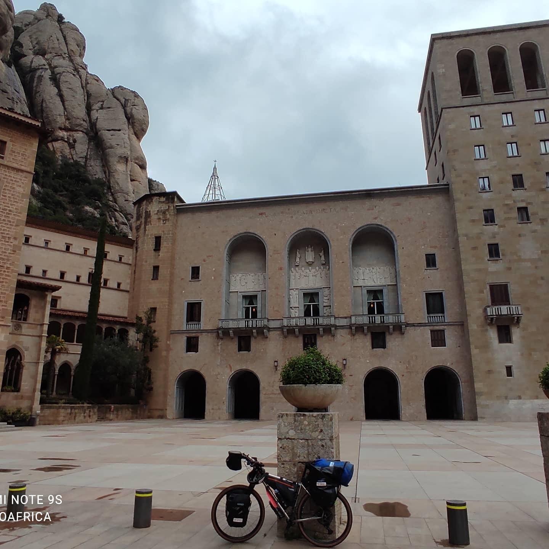 Frida davanti al Monastero di Montserrat