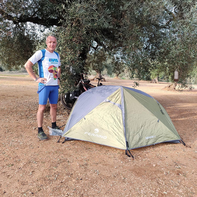 Daniele che ha montato la tenda