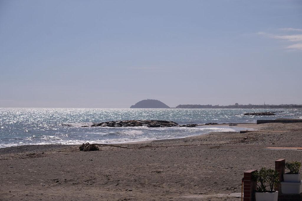 Spiaggia con isola Gallinara nello sfondo