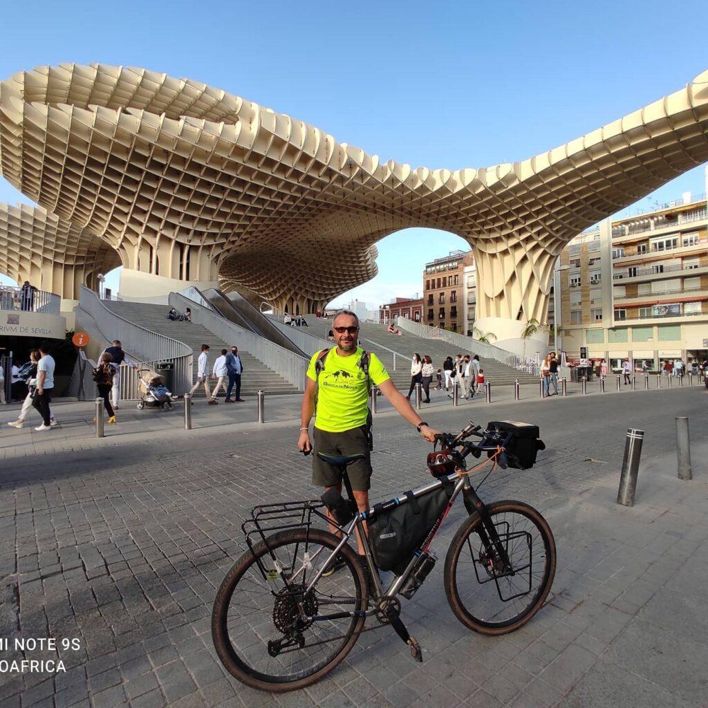 Daniele davanti al Metropol Parasol di Siviglia