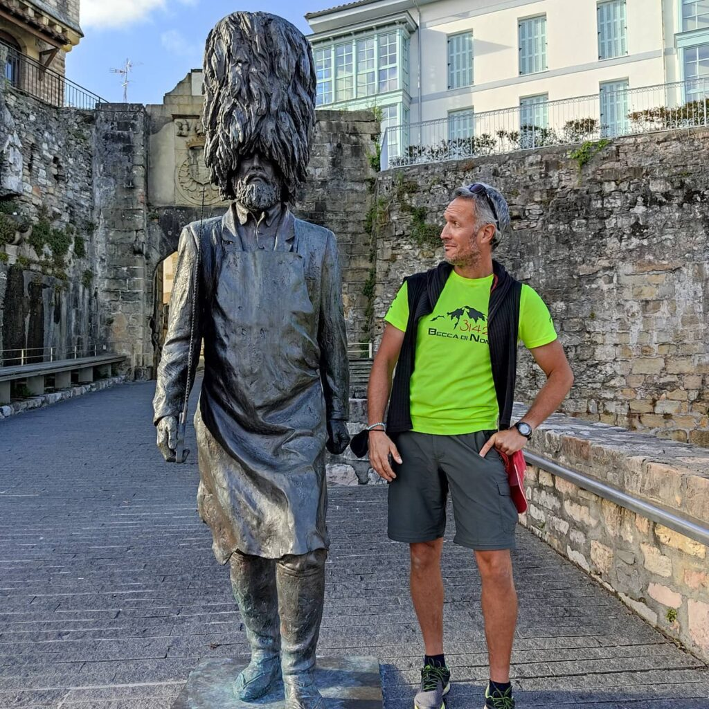 Daniele affianco alla scultura Hatxero a Hondarribia
