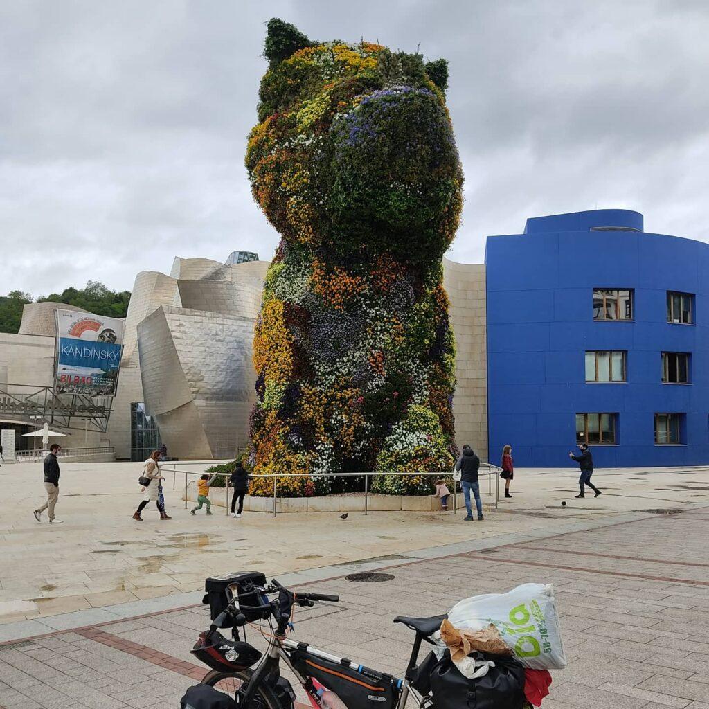 Frida davanti al Museo del Guggenheim