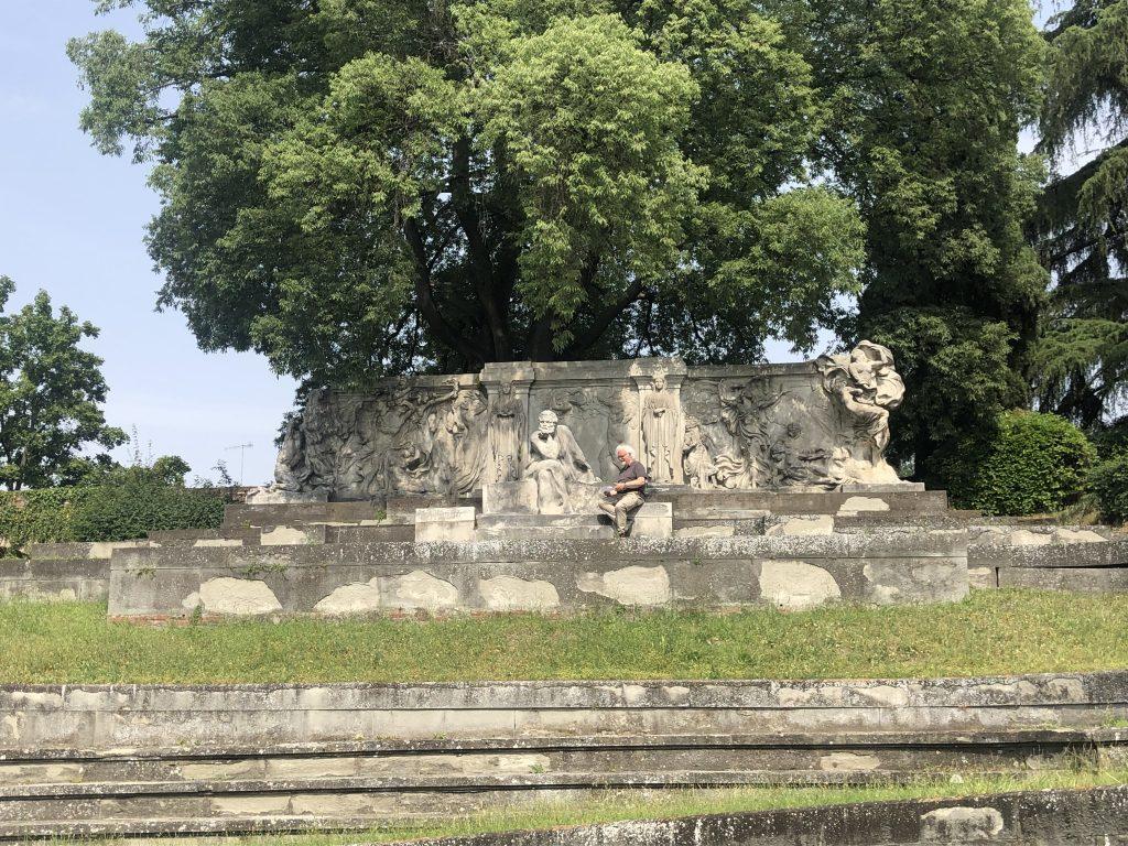 Patrizio davanti al monumento a Carducci