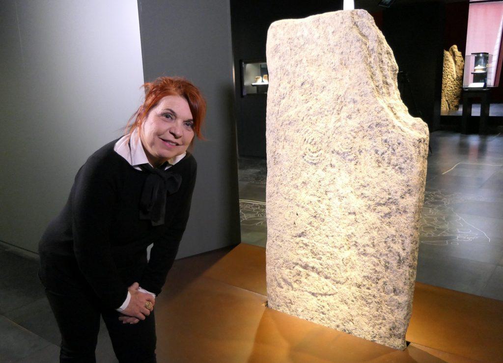 Syusy nel museo dell'area megalitica